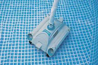 Limpiafondos automático Intex 28001E dentro de la piscina Intex